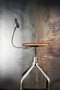 Chaise d'atelier Nicolle, queue de baleine acier traité et ciré et assise en bois.